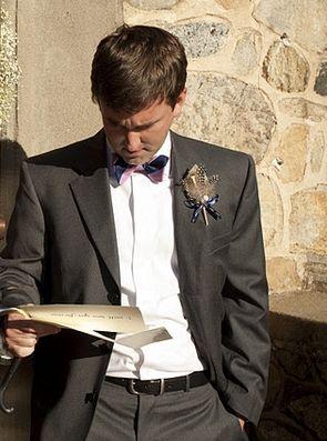 жених читает письмо