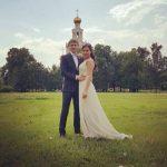 Венчание жених и невеста у церкви