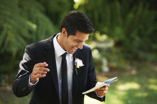 жених читает список важных мелочей на свадьбу