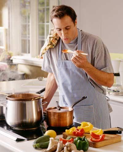 мужчина готовит что подарить на 8 марта жене любимой подруге